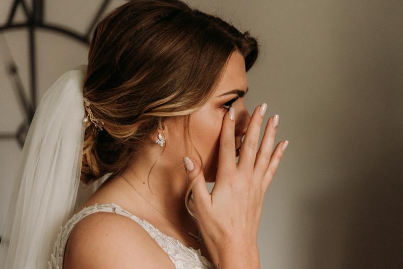 płacząca panna młoda